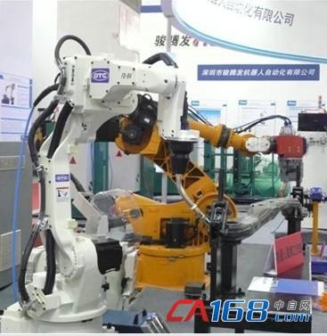 埃森焊接展会上展出的弧焊机器人(白色机身)和点焊机器人(黄色机身)