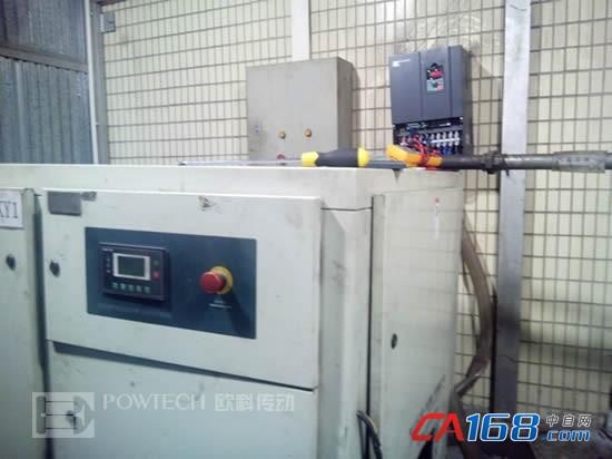 欧科变频器在空压机上的应用 螺杆式空压机的工作原理:空气经空气过滤器和吸气调节阀而吸入,该调节阀主要用于调节气缸、转子及滑片形成的压缩腔,阴、阳转子旋转相对于气缸里偏心方式运转。滑片安装在转子的槽中,并通过离心力将滑片推至气缸壁,高效的注油系统能够确保压缩机良好的冷却及润滑油的最小舒适耗量,在气缸壁上形成的一层薄薄的油膜可以防止金属部件之间直接接触而造成磨损。