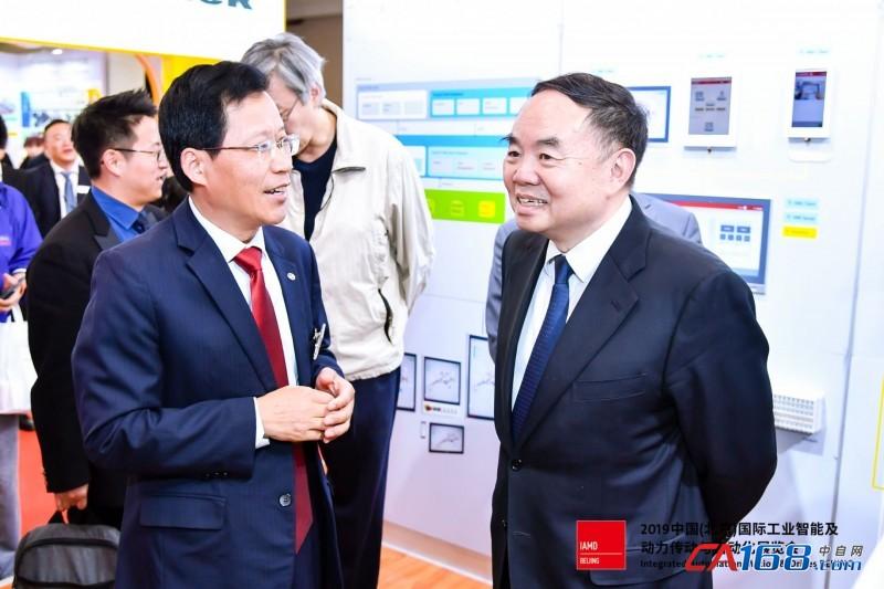 中国工程院原院长周济院士等领导莅临 IAMD Beijing 自动化展会并参观倍福展台